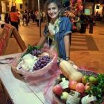 Donatella in avanscoperta in piazza